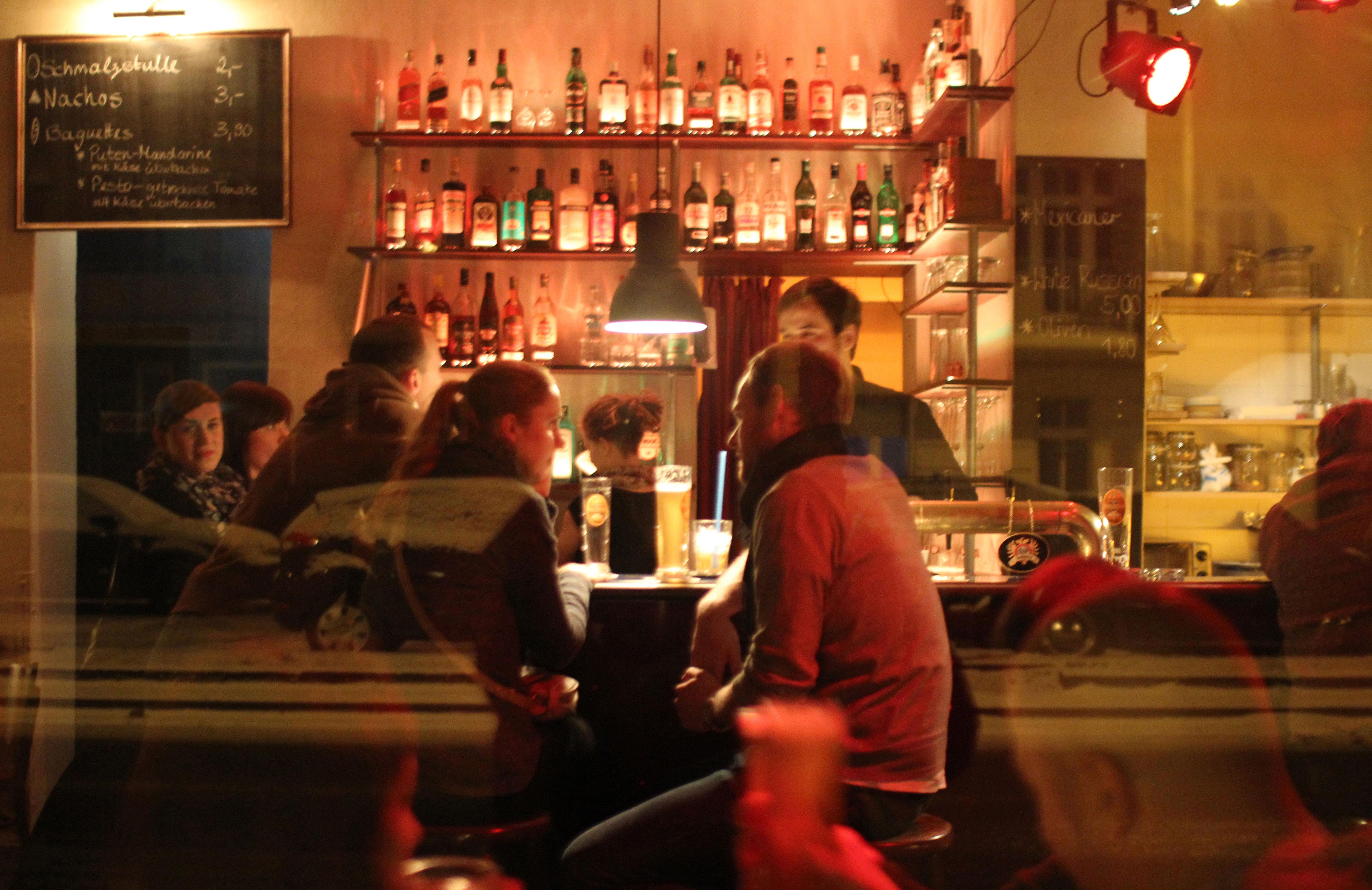 Gäste genießen einen Abend an der Bar im Blaumilchkanal